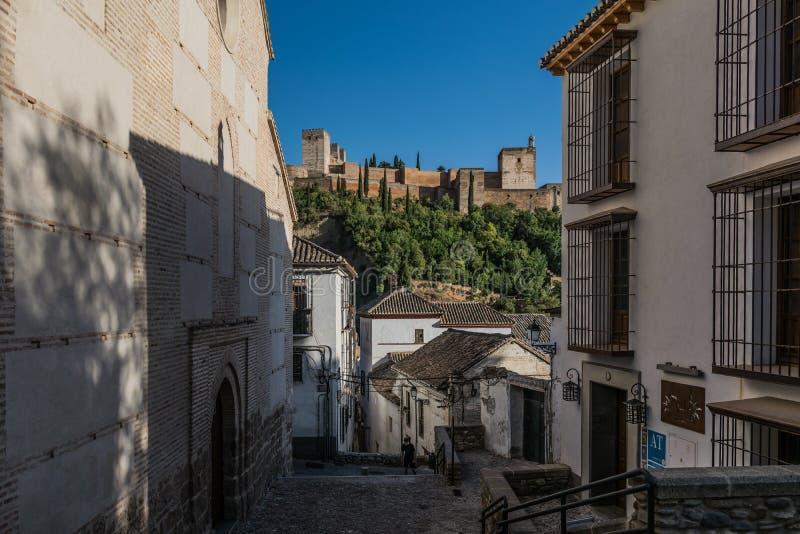 Rua de Granada com uma vista do palácio de Alhambra, Granada, Andal imagem de stock royalty free