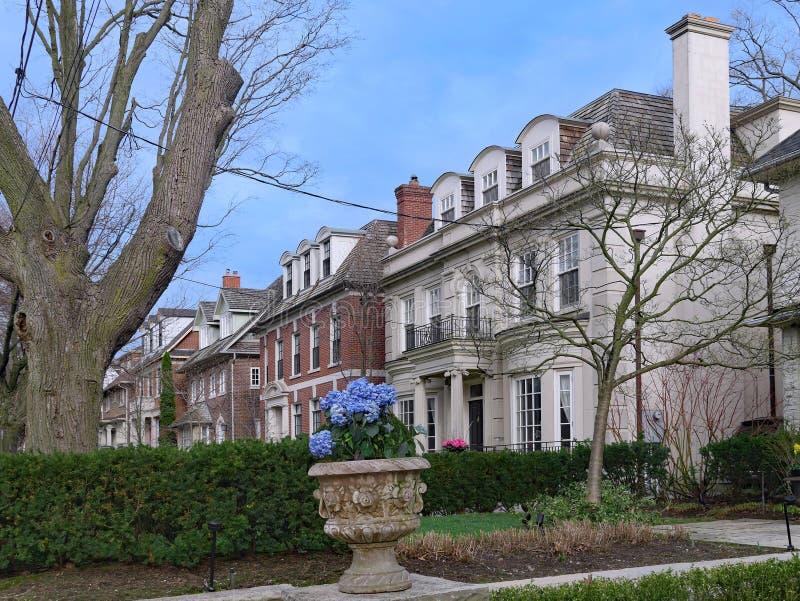 Rua de grandes casas destacadas imagens de stock royalty free