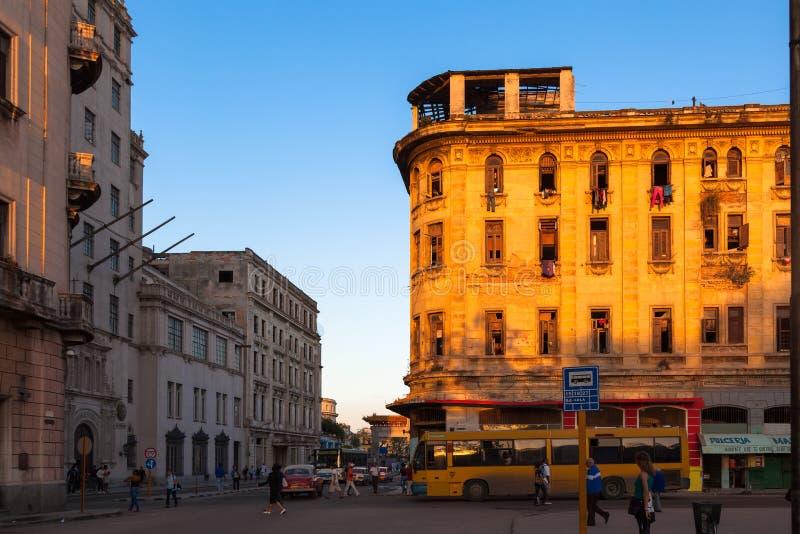 Rua de Havana no distrito Serrra Casa colorida e residentes desconhecidos Por do sol imagem de stock royalty free