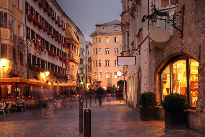 Rua de Herzog Friedrich em Innsbruck, Áustria imagem de stock royalty free