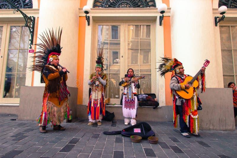 Rua de Istiklal, Istambul/Turquia 04 04 2019: Música indiana de Playing Their Folk do músico da rua em uma da rua icónica para fotos de stock