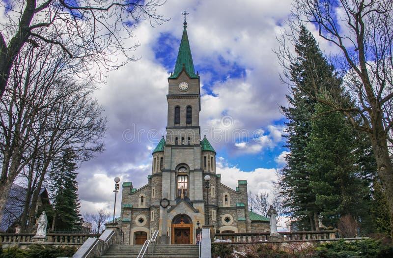 Rua de Krupowki - igreja da família santamente no centro histórico de Zakopane, Polônia fotos de stock royalty free