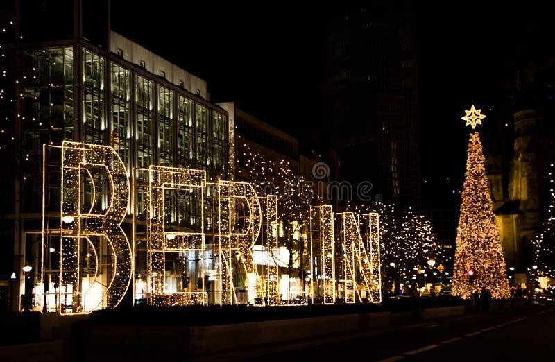 Rua de Kurfurstendamm em Berlim com decoração do Natal e Ta fotografia de stock