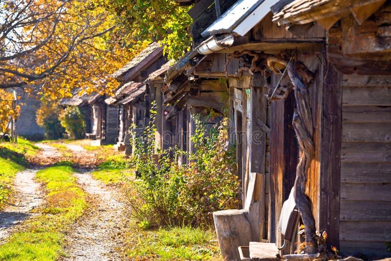 Download Rua De Madeira Histórica Ilica Das Casas De Campo Foto de Stock - Imagem de cottages, outono: 80102674