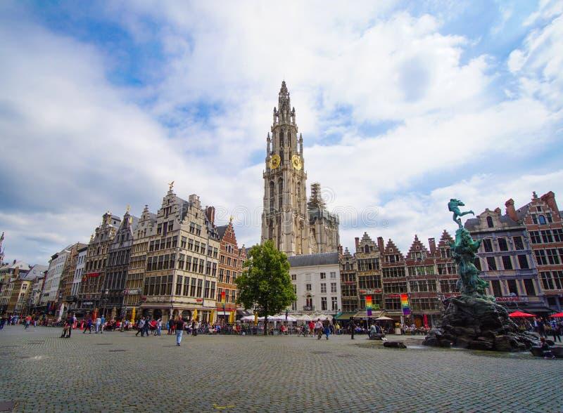 Rua de Meir, torre só da catedral de nossa senhora, fonte com a estátua de Brabo no quadrado de Grote Markt com bandeira do arc foto de stock