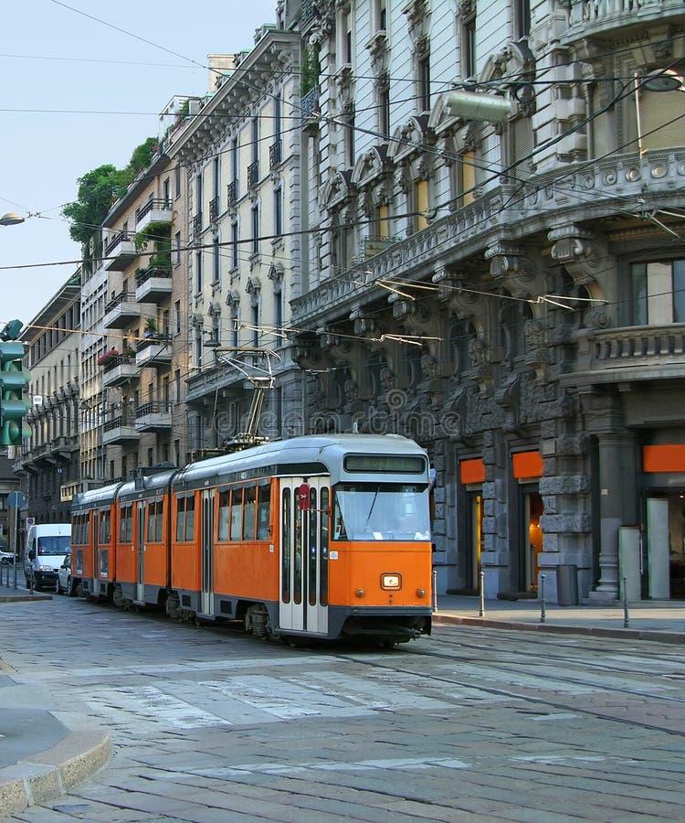 Rua de Milão com bonde alaranjado foto de stock royalty free