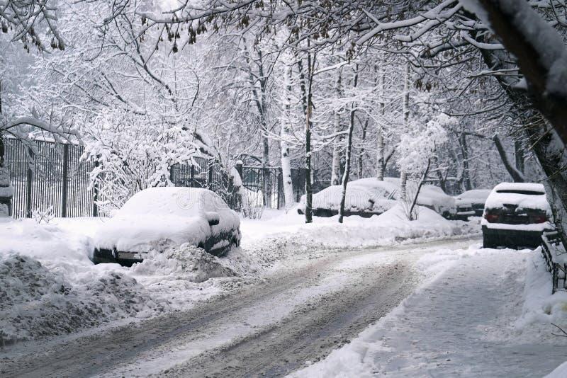 Rua de Moscou após uma queda de neve foto de stock