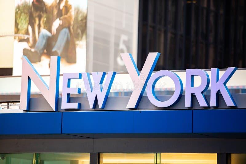 A rua de New York City assina dentro Manhattan foto de stock royalty free