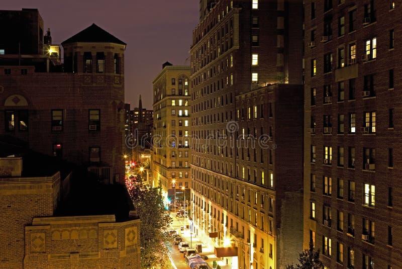 Rua de New York City e abrigo da vista elevado na noite fotos de stock