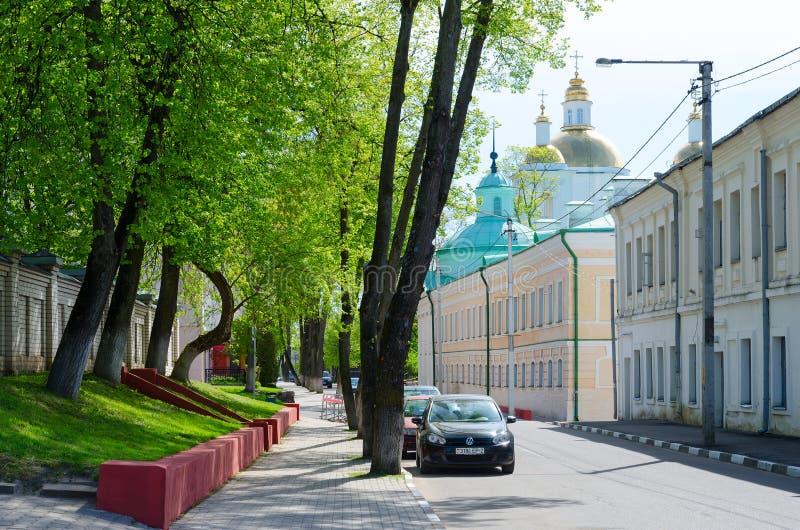 Rua de Nizhne-Pokrovskaya com vista da catedral santamente do esmagamento, Polotsk, Bielorrússia imagem de stock royalty free