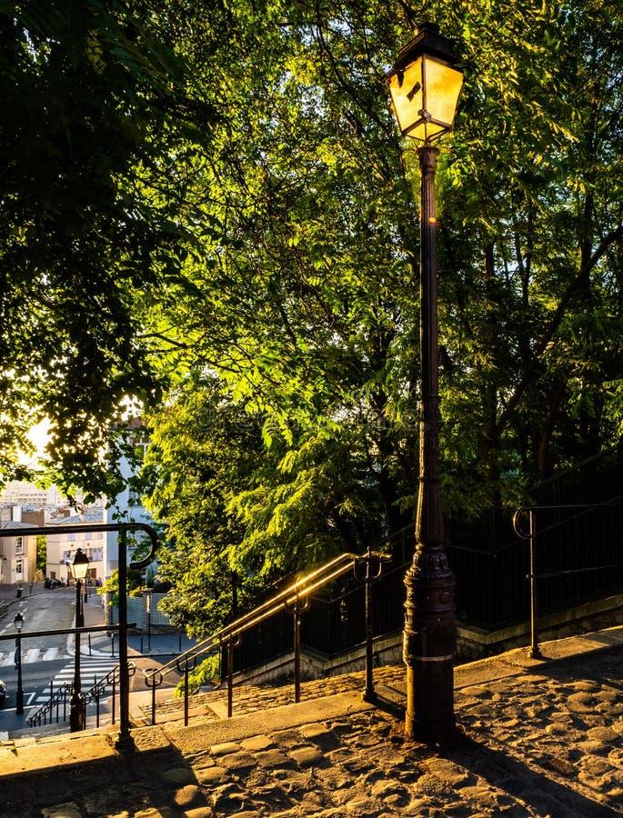 Rua de Paris no nascer do sol imagem de stock royalty free
