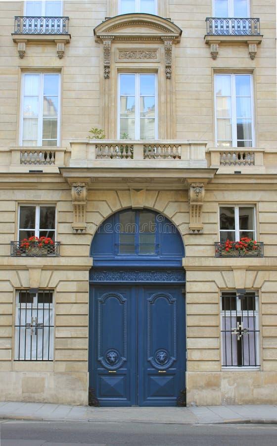 Rua de Paris no verão, nos potenciômetros de flor, na porta e nas janelas imagens de stock