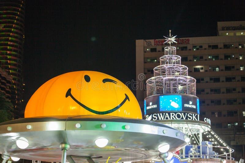 A rua de passeio é um destino do turista para os povos que querem comer na noite fotografia de stock royalty free