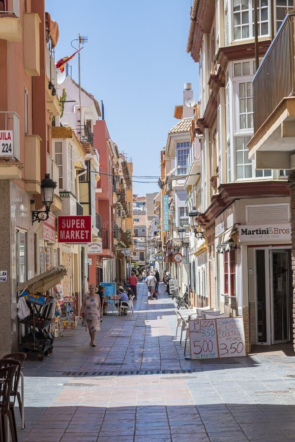 Rua de pedestres com restaurantes e lojas Fuengirola fotos de stock royalty free