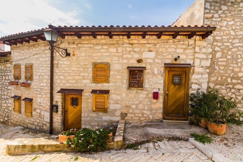 Rua de pedra estreita e arquitetura genérica de Rovinj, Croácia fotos de stock