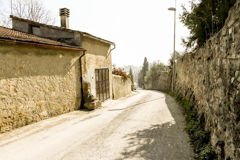 Rua de pedra estreita na cidade pequena Fiesole, Itália foto de stock royalty free