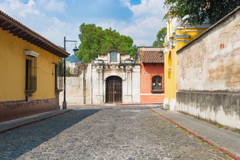 Rua de pedrinha em Antígua, Guatemala fotos de stock