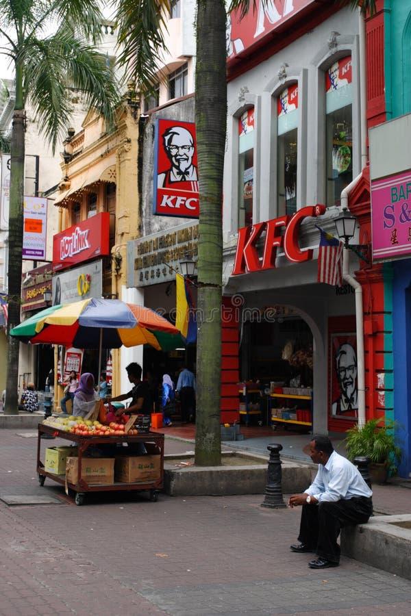 A rua de Petaling é um mercado longo que se especialize na roupa, em relógios e em sapatas falsos Atracção turística famosa imagem de stock royalty free