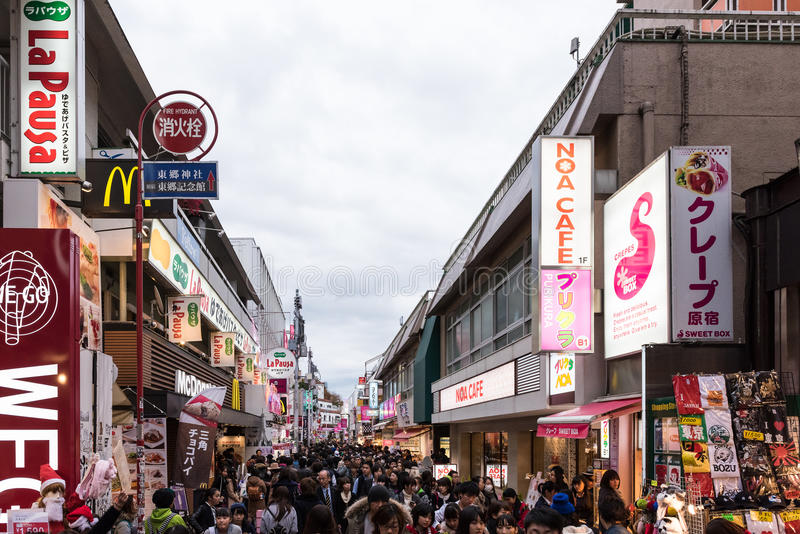 Rua de Takeshita no distrito de Harajuku do Tóquio, Japão fotos de stock royalty free