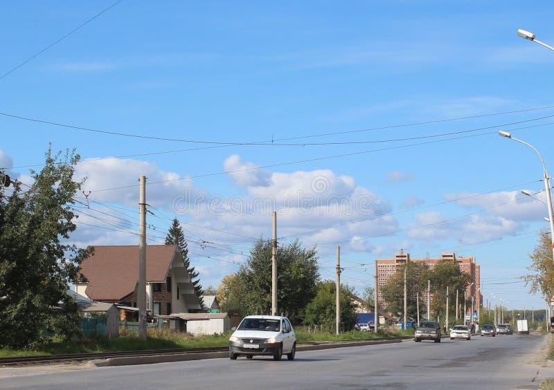 Rua de Titova em Novosibirsk no verão de 2015 a estrada com condução de carros após o setor privado com casas imagens de stock royalty free