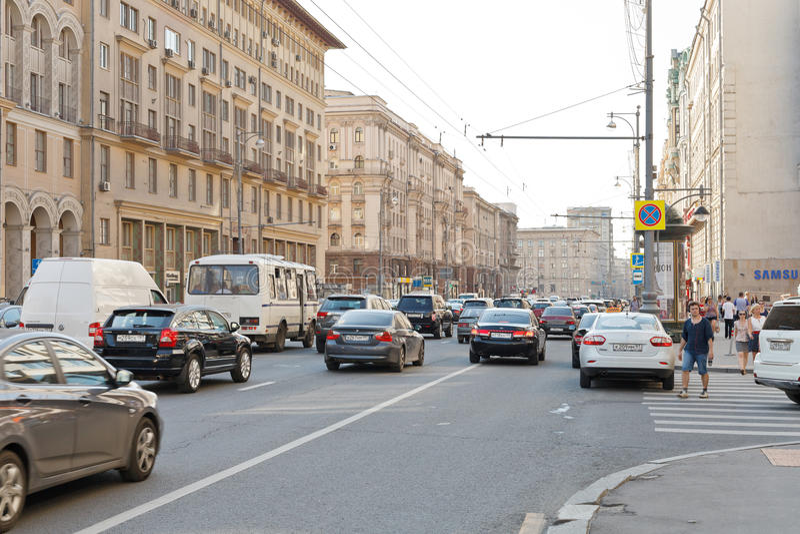 Rua de Tverskaya em Moscou no verão fotos de stock