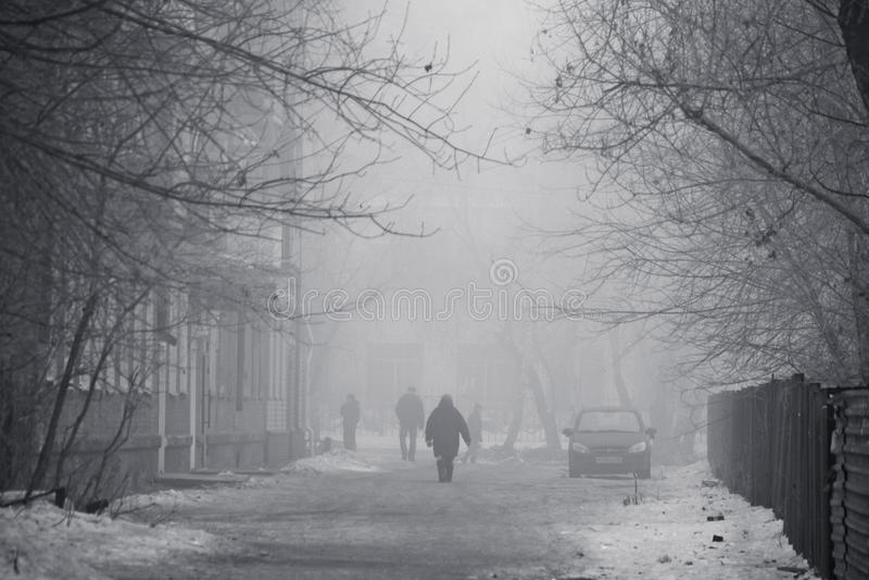 A rua de uma cidade do inverno em uma névoa fotos de stock royalty free