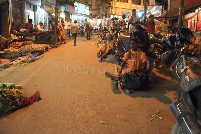 A rua de Varanasi na noite fotos de stock royalty free