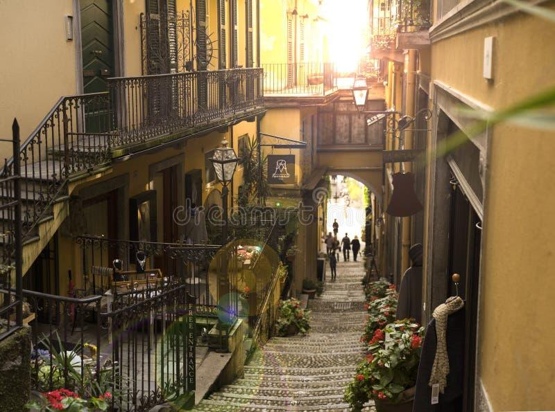 Rua de Varenna durante a luz do por do sol foto de stock royalty free