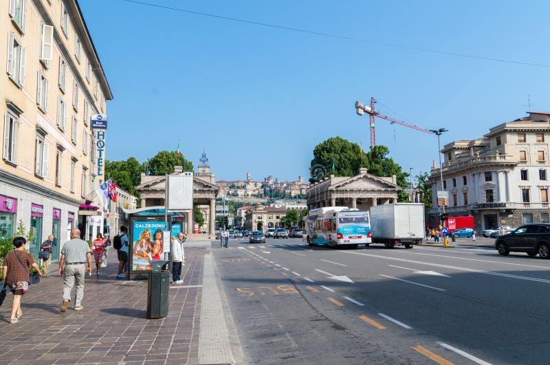 Rua de Viale Papa Giovanni XXIII em Bergamo imagens de stock