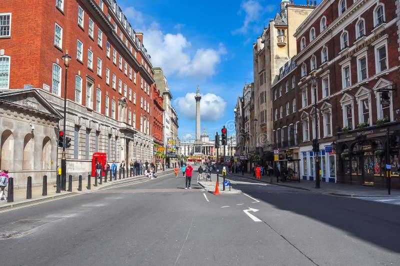 Rua de Whitehall e de ` s de Nelson coluna no quadrado de Trafalgar, Londres, Reino Unido imagem de stock