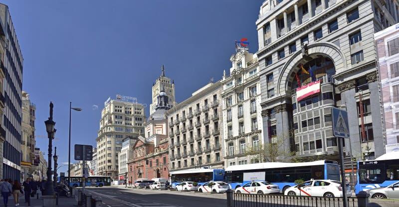 A rua Deserted Calle de Alcala é uma das ruas mais congestionadas no centro de Madrid, imagens de stock
