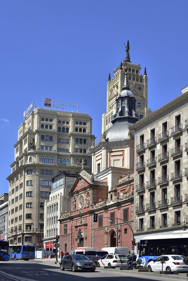 A rua Deserted Calle de Alcala é uma das ruas mais congestionadas no centro de Madrid, imagens de stock royalty free