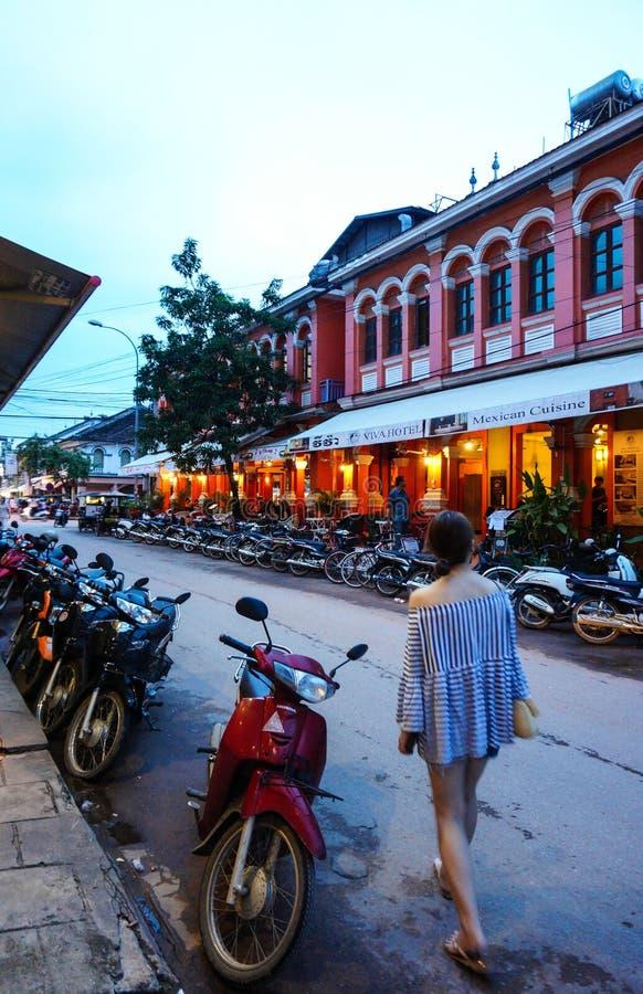 Rua do bar, com muitos restaurantes, cafetarias, e vendedor ambulante aqui imagens de stock royalty free