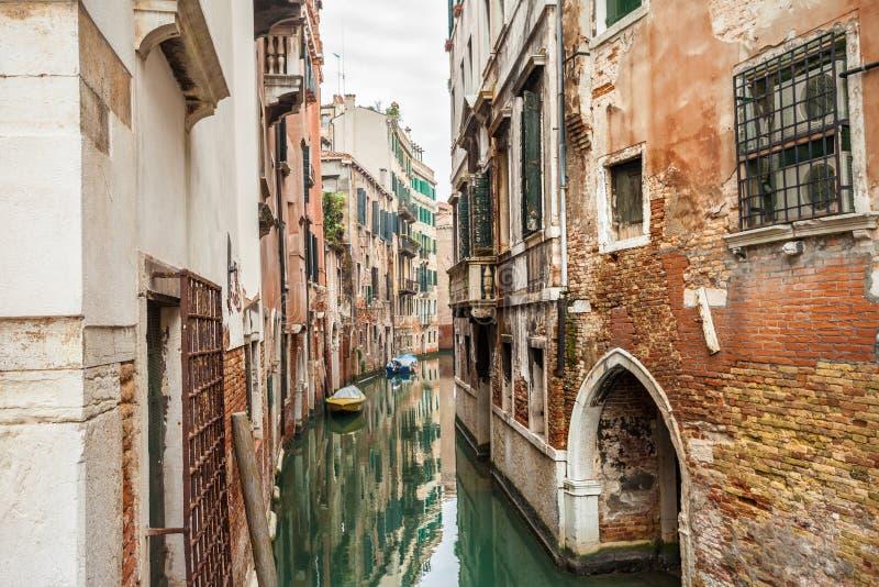 Rua do canal em Veneza fotos de stock