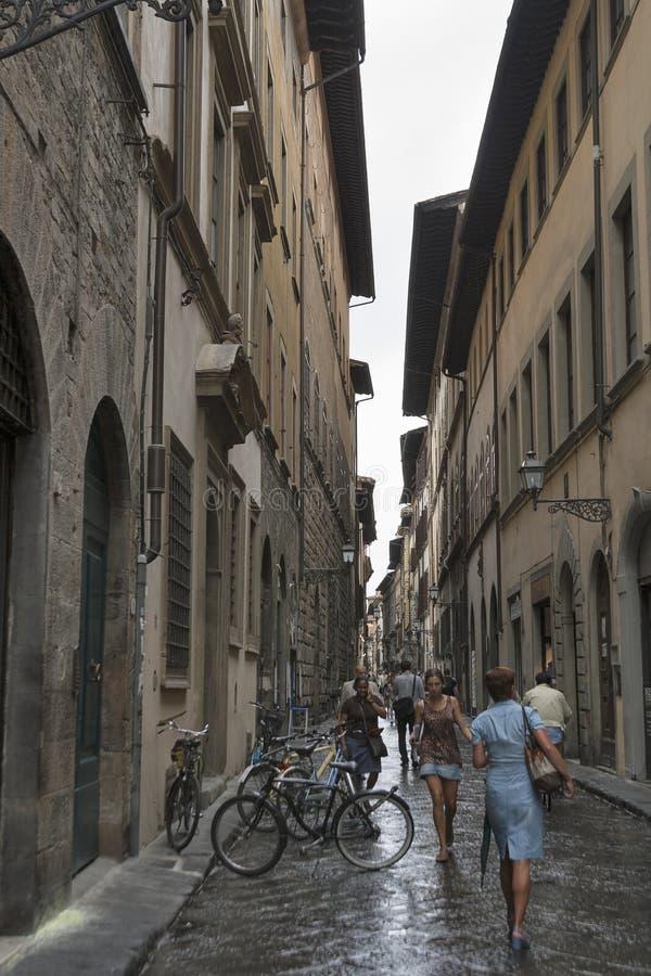 Rua do estreito da cidade de Florença com bicicletas estacionadas fotografia de stock royalty free