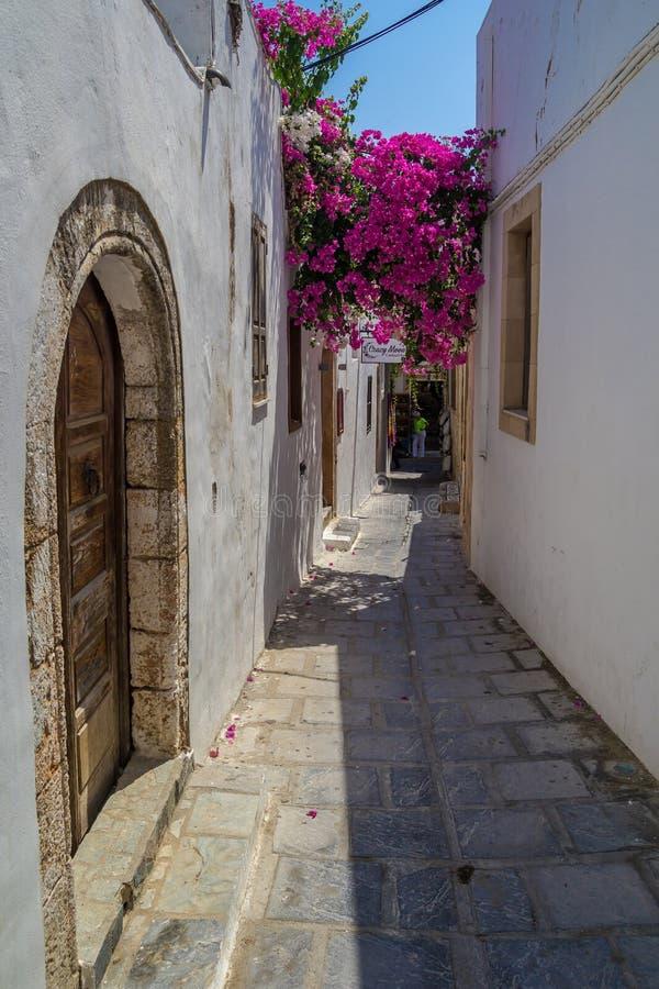 Rua do estreito de Lindos em Rhodes Island imagem de stock royalty free