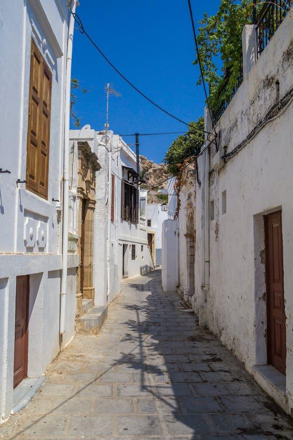 Rua do estreito de Lindos em Rhodes Island Greece imagem de stock