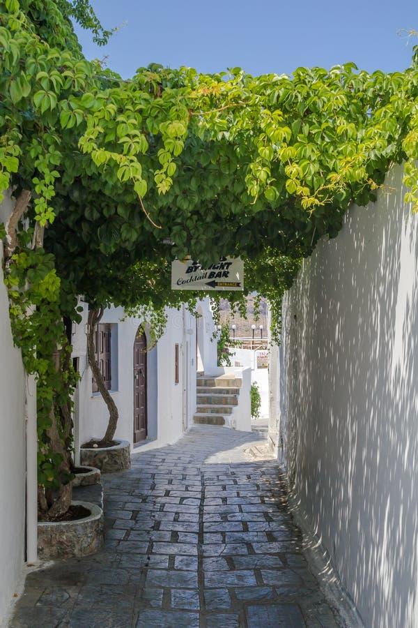 Rua do estreito de Lindos em Rhodes Island Rodos Aegean Region, Gre foto de stock