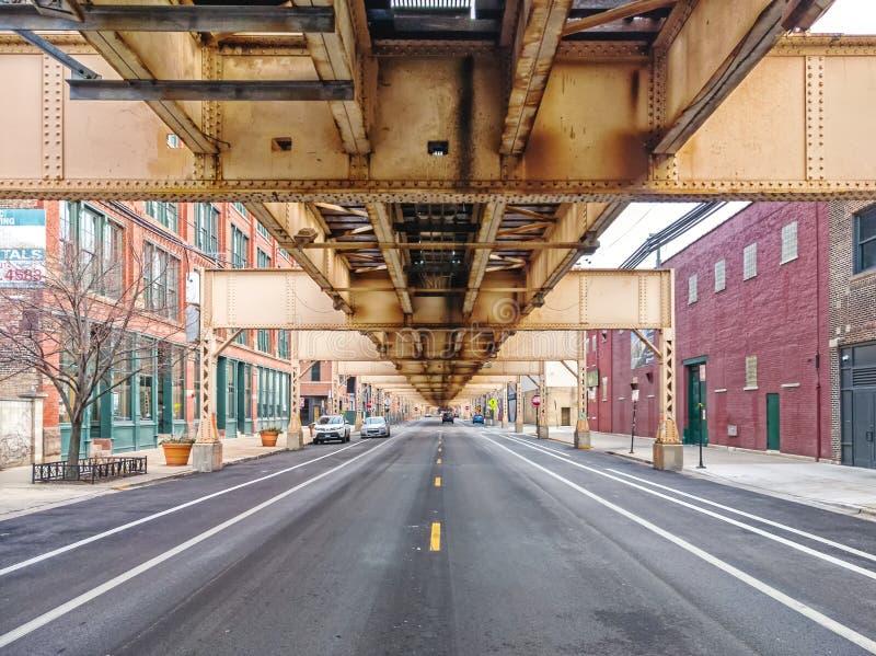 Rua do lago debaixo do trem elevado na vizinhança de Fulton Market Ruas principais em Chicago, ruas em Illinois imagens de stock royalty free
