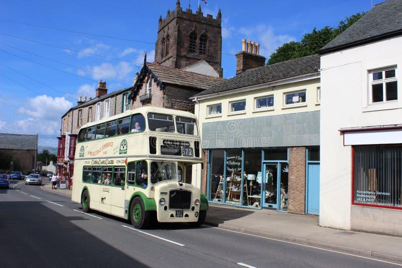 Rua do mercado do ônibus do vintage, Kirkby Stephen, Cumbria fotografia de stock