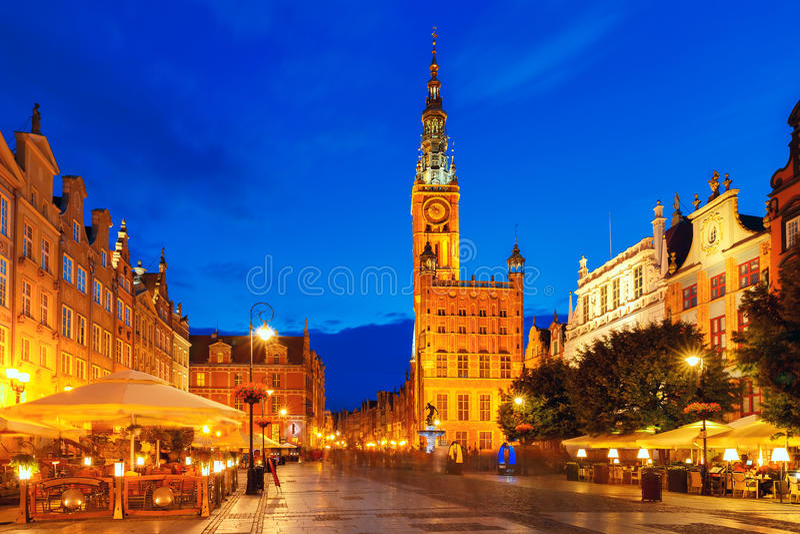 Rua do mercado longo com câmara municipal, Gdansk, Polônia fotografia de stock royalty free