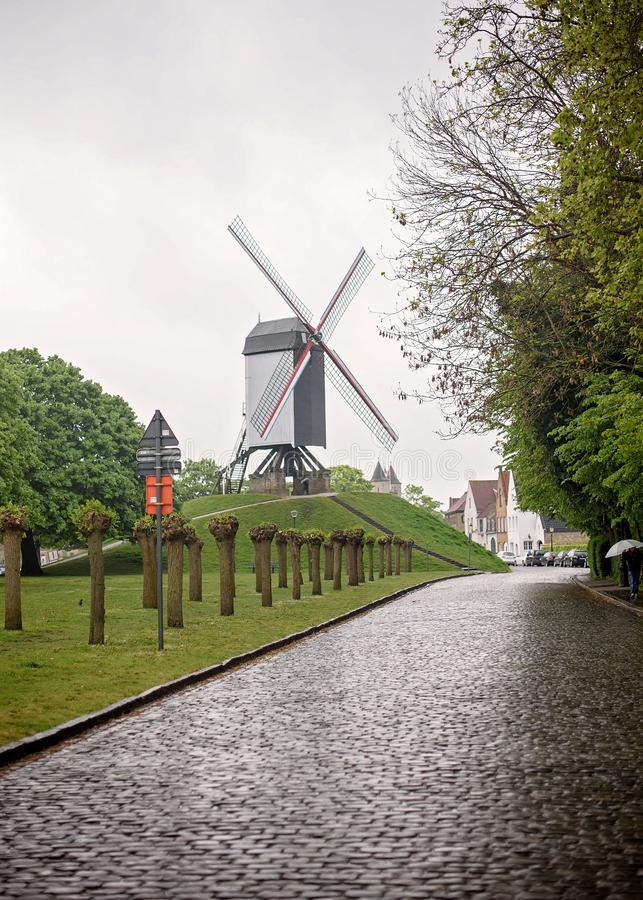 Rua do moinho de vento de Bruge Bélgica fotografia de stock