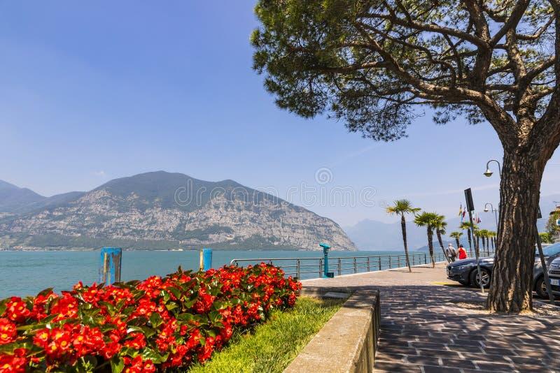 Rua do passeio na cidade de Iseo, lago Iseo, Itália foto de stock
