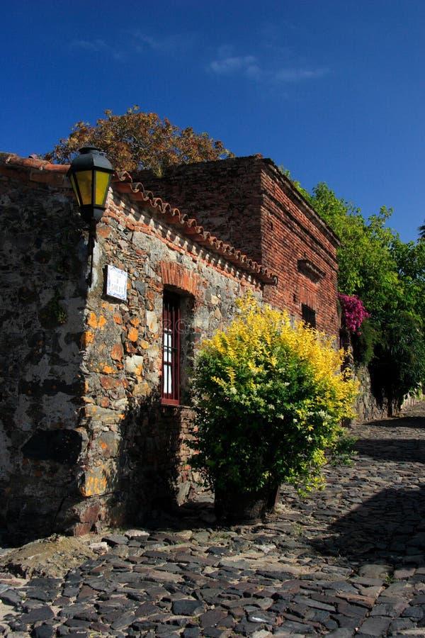 Rua do quarto histórico da cidade do del Sacramento de Colonia, Uruguai imagem de stock