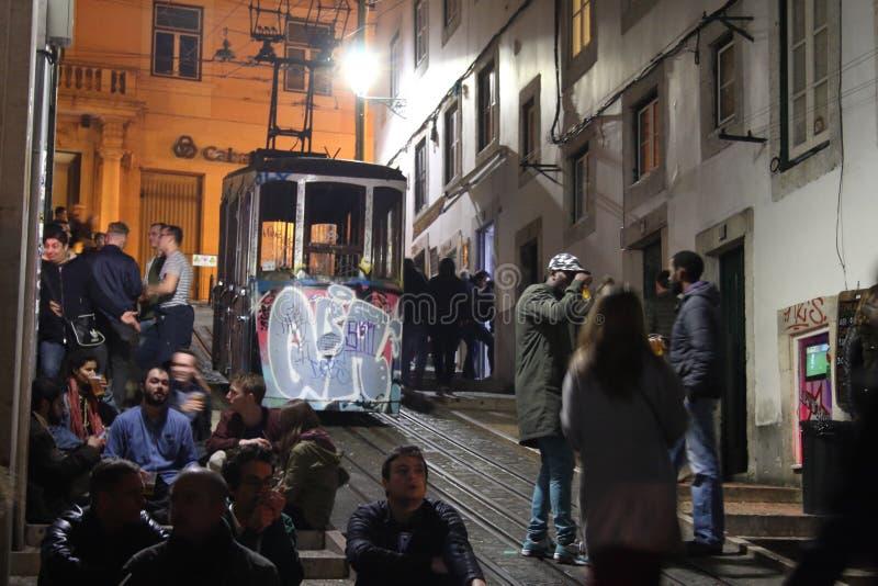 Rua dos bondes de Lisboa na noite imagens de stock royalty free