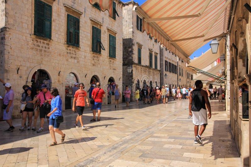 rua dos Dubrovnik-Croácia-turistas-Stradun foto de stock royalty free