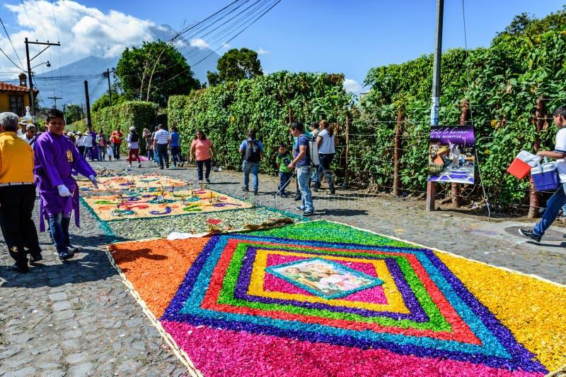 Rua dos tapetes & do vulcão emprestados coloridos, Antígua, Guatemala fotografia de stock