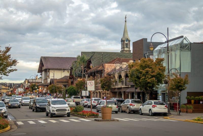 Rua e arquitetura da cidade de Gramado com Saint Peter Church Tower - Gramado, Rio Grande do Sul, Brasil imagem de stock