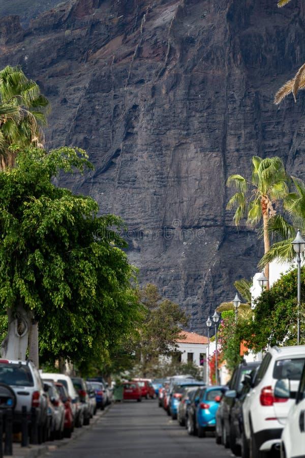 Rua e carros verticais da cena dos penhascos do Los Gigantes imagem de stock
