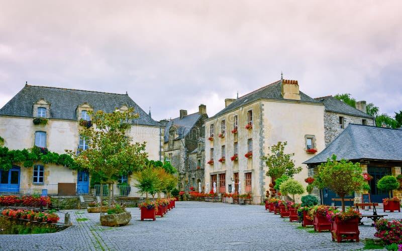 Rua e casas antigas coloridas em Rochefort-en-Terre, Brittany francês fotografia de stock